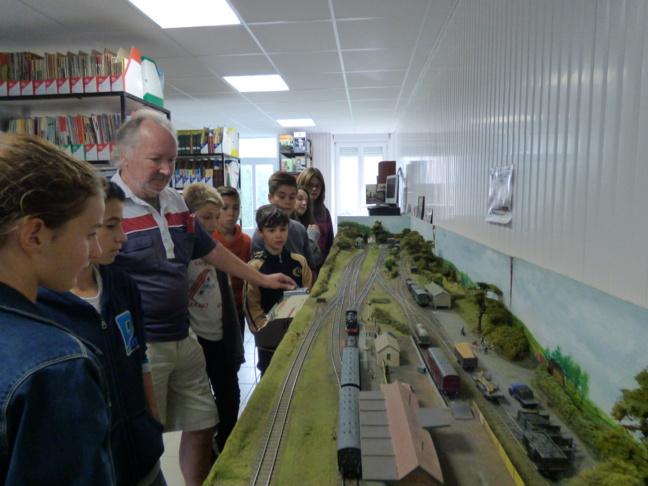 Monsieur Shelley présentant son petit train aux jeunes élus.